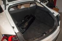 バッテリーパックは床下に車体構造と一体化して設置されるため、トランクの容量も745リッター(後席をたたんだ場合は1645リッター)を確保している。モーターとインバーターはトランク下、後輪の間に備わる。