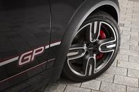 タイヤは「ジョンクーパーワークスGP」用に開発された専用のスポーツタイヤ。フローフォーミング製法で製造された軽量アルミホイールと組み合わされる。