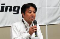 育成ドライバーの選考について説明する、トヨタスポーツマーケティング部の堀川龍雄氏。