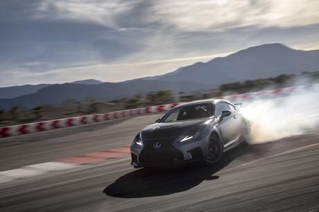 マイナーチェンジが行われた「レクサスRC F」に、日本での正式発表に先立ち米カリフォルニア州パームスプリ...