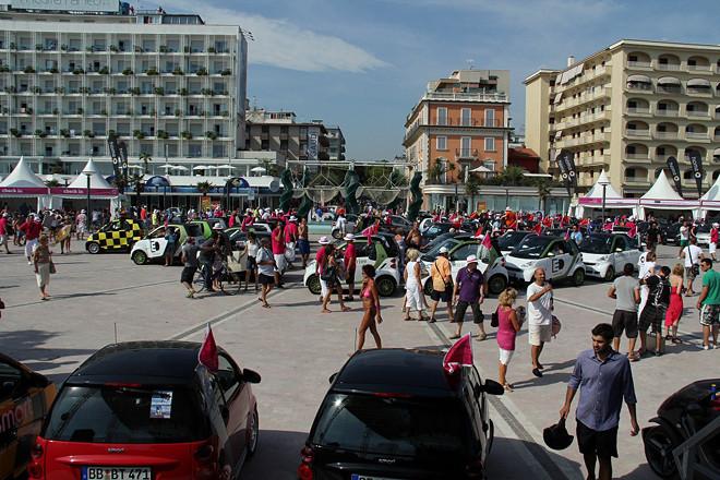 メインストリートとビーチが交わるピアッツァーレ・ローマ広場が「スマートタイムズ11」のメイン会場。