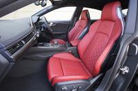 「S5スポーツバック」のシートには、ダイヤモンド型のステッチとロゴマークのエンボス加工が施される。