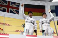 11年ぶりに復活したオーストリアGPで、メルセデスが今季6度目の1-2フィニッシュ。今シーズン3勝目を記録しポイントリードをさらに広げたニコ・ロズベルグ(右)と、2位に終わったルイス・ハミルトン(左)。(Photo=Mercedes)