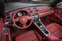 テスト車の内装はオプションの「カレラレッド」(75万3000円)。