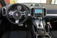 ブラックとシルバーのコントラストがスパルタンな雰囲気を演出する。「GTS」では「スポーツステアリングホイール」が標準装備となる。