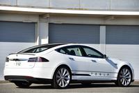 セダンタイプの電気自動車「テスラ・モデルS」。2015年夏からは、4WD車の納車も始まる予定だ。