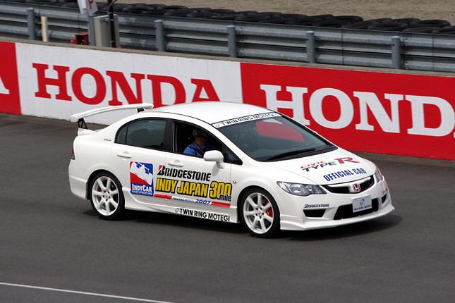 決勝当日のペースカーをつとめたのは、2007年3月30日に発売されたばかりの「ホンダ・シビック・タイプR」。(写真=本田技研工業)