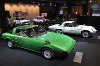 マツダ初のロータリーエンジン搭載車である「コスモスポーツ」(写真奥)をはじめ、メーカー出展では最多の7台を展示したマツダのブース。