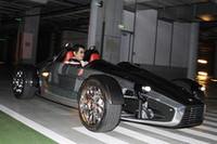 発表会場となったのは、都内ホテルの地下駐車場。「K.O 7」を運転するのはケン奥山氏。