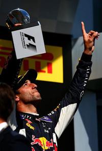 昨年のハンガリーGPウィナー、レッドブルのダニエル・リカルドは3位。予選4位からスタートで出遅れるも、各所で大胆かつクレバーな追い抜きを披露。レース終盤には2位走行中のニコ・ロズベルグを抜きにかかるが接触、惜しくも3位に。レッドブルは今年初ポディウムを2人そろって達成した。(Photo=Red Bull Racing)