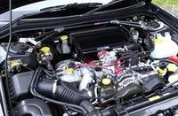 インタークーラーダクトはアルミ製、エアダクトホースはシリコン製で、変形が少ない強化品が採用された。ストラットタワーバーはカーボン製。