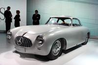 発表会場に飾られた、レーシングカーの「300SL」(1952年)。その誕生から2年後の1954年に、量産モデルの初代「SLクラス」が発売された。