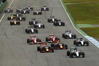 スタートでトップを奪ったのは予選2番手のハミルトン(先頭)。ポールシッターのロズベルグは加速が鈍く、2台のレッドブルに先を越された。(Photo=Mercedes)