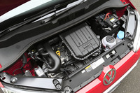 1リッター直3エンジン(75ps)はベース車と同じ。JC08モード燃費は約3%悪化している(25.9→25.2km/リッター)。