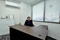 後編では、華創日本(神奈川県厚木市)の様子を中心に紹介したい。ここは同社の最上階にある水野氏のデスク。日本と台湾を頻繁に行き来しており、「座っている暇がない」そうだ。