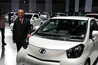 トヨタ自動車の渡辺捷昭社長は、「パッケージ革命を起こし、今までにないクラスレスカーに仕上げた」と話した。