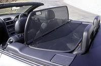 ウィンドウディフレクターは、オープン走行時の風の巻き込みを軽減する。4人乗車時は折り畳んで取り外し、トランクに収納することも可能。