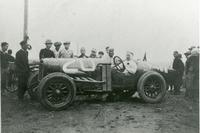 カーチス号(運転席は日本でレースを始めた中心人物の一人 榊原真一氏。横に立つのは弱冠16歳の本田宗一郎少年)