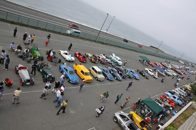 エントリー車両が並んだパドック風景。