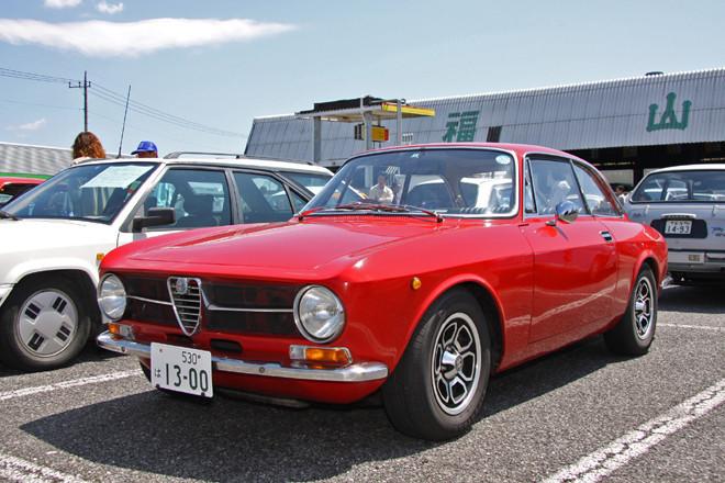 1971年「アルファ・ロメオGT1300ジュニア」。ジウジアーロの傑作のひとつに数えられる「ジュリア」のクーペは、今なお高い人気を誇る。1967年以降のこの顔つきは、通称「段付き」と呼ばれる初期型に対して「フラットノーズ」と呼ばれるが、とくにシングルヘッドライトだとシンプルでカッコイイ。