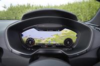 「アウディTT」に装備される「バーチャルコックピット」。メーターパネル全体が12.3インチの液晶画面となっており、写真のようにカーナビとしても利用できる。