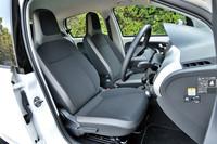 ヘッドレスト一体型シートは、しっかりとした造り。一見平板な形状だが、硬めのクッションで体を支えてくれる。レバー操作で座面の高さを調整するシートリフターがついているのがいい。上下にチルトするステアリングホイールと併せ、好みの運転姿勢を取りやすい。