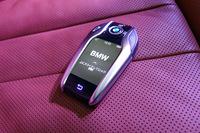 「BMWディスプレイ・キー」。車外からの施錠・解錠やエアコンの温度調整、「リモート・コントロール・パーキング」の操作などに用いる。