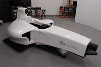 """これが、「東京バーチャルサーキット」で使われる""""マシン""""。レッドブルのF1カー(2008年型のRB4)をかたどったもので、もちろんエンジンは無い。フロントタイヤは映像として画面に映し出される。"""