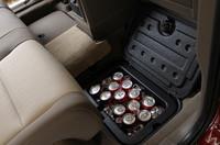 2列目シートフロア下の収納ボックス。350ミリ缶が1ダース収納でき、取り外しも可能だ。