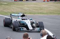 レース終盤の彼の猛攻が、フェラーリのタイヤトラブルを誘発したのかもしれない。ボッタス(写真)はギアボックス交換による5グリッド降格のペナルティーを受け9番手からスタート。早々に5位まで順位を上げると、ライバルとは異なるタイヤを選択して前車を駆逐していった。表彰台圏内にいたセバスチャン・ベッテル、ライコネンのタイヤトラブルで最後は2位に。メルセデスは今季2回目の1-2フィニッシュを達成した。(Photo=Mercedes)
