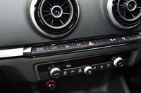 インパネの中央に走行モード切り替え用の「EVボタン」が備わる。