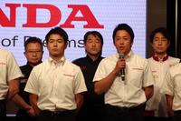 今年の抱負を述べる伊沢拓也選手(写真右から2人目)。当日は多くのドライバーとライダーが来場。ひとりひとり意気込みを語った。