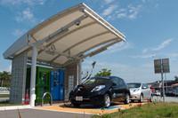 2012年2月現在、EV用の急速充電器は沖縄県内の22カ所に25台(うち1台は非公開)が設置されている。写真は中城PAのもので、雨よけの大きな屋根や、操作の負担を軽減するケーブル配置など、利便性に配慮がなされている。