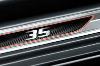 ハニカムメッシュ模様と「35」ロゴが入れられた専用ドアシルプレート。
