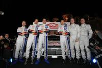 メインドライバーはジョイントナンバーワン待遇で、セバスチャン・オジェ(左から4人目)とヤリ-マティ・ラトバラ(同5人目)が務め、アンドレアス・ミケルセン(同2人目)がサードドライバーを担当する。