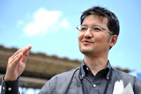 マツダ株式会社     デザイン本部     チーフデザイナー     柳澤 亮(やなぎさわ りょう)さん          1991年にマツダ入社。デザイン本部で「プレマシー」などさまざまな量産車のインテリアデザインを手がけた後、2007年にデザイン戦略スタジオ チーフデザイナーに。ピックアップトラック「BT-50」を担当した。2010年にデザイン本部に帰任し、2011年に「マツダ2/デミオ」のチーフデザイナーに就任。2013年にはコンセプトカー「マツダ跳(HAZUMI)」のチーフデザイナーも務めた。1969年生まれ。