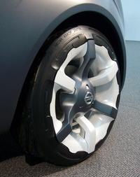 アルミホイールをあえて樹脂パーツでカバー。スポークの意匠をタイヤ部分にまで繋げるなど、ディテールにもこだわった。
