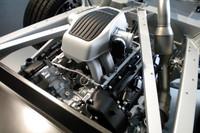 専用設計のV8ターボエンジンは、カーボン・モノコックから後方に伸びるアルミ製サブフレームにマウントされる。ドライサンプ方式のため、エンジン全高は低い。