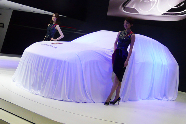 ステージ上でアンベールを待つ新型SUVの「ポルシェ・マカン」。