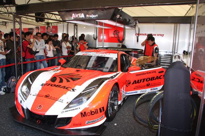 ホンダブースにて、SUPER GTに参戦している「ARTA HSV-010」のエンジン始動パフォーマンスに聞き入るギャラリー。