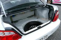 「spec C」は競技車両ベースのため、荷室フロアなどは剥き出しだ。