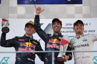 F1第16戦マレーシアGPを制したレッドブルのダニエル・リカルド(中央)、2位でレースを終えたレッドブルのマックス・フェルスタッペン(左)、メルセデスを駆り3位に入ったニコ・ロズベルグ(右)。(Photo=Red Bull Racing)