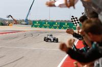 マレーシアでのエンジンブローの記憶がずっと頭にあったというハミルトン(写真)は、その悪夢を振り切り、7月末のドイツGP以来となる7勝目を飾った。これで通算勝利数は「50」に到達、アラン・プロストの歴代2位の記録にあと1勝で肩を並べることになった。そしてポイントリーダーのロズベルグとの差は26点に縮まった。(Photo=Mercedes)