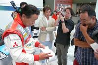 増岡選手が手に持っているのは、地図を刷りだし、コーナーの大きさや路面の特徴などを記載したもの。パイクスピークはブラインドコーナーも多いので、156カ所のコーナーの順番を、すべて暗記したのだとか。