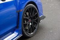 タイヤは「ダンロップSPORT MAXX RT」で、サイズは255/35R19。内部に特殊吸音スポンジを入れることで、静粛性の向上に一役買っている。