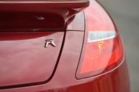 「RCZ R」はプジョースポールがチューンを手がけた「RCZ」の高性能仕様。2012年9月のパリモーターショーで発表された。日本では150台の限定車として扱われる。価格は540万円(8%の消費税込み)。