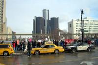 城砦のようなGM本社を横目に、デトロイトの街を通過。アメリカ自動車産業が立ち直る日は、はたして来るのか?