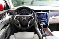 大柄なボディーの恩恵もあって、ゆったりとした車内。インテリアカラーは2種類から選ぶことができる。