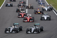 レースの勝敗が分かれたスタート。ポールシッターのロズベルグ(写真手前右)に、ハミルトン(その左)が並びかけた。(Photo=Mercedes)