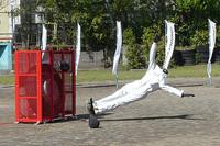 タイヤから噴出した高圧の空気に吹き飛ばされるダミー人形。